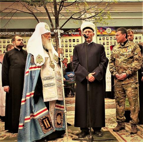 На Михайлівській площі - мусульманська молитва за полеглих оборонців На Михайлівській площі - мусульманська молитва за полеглих оборонців