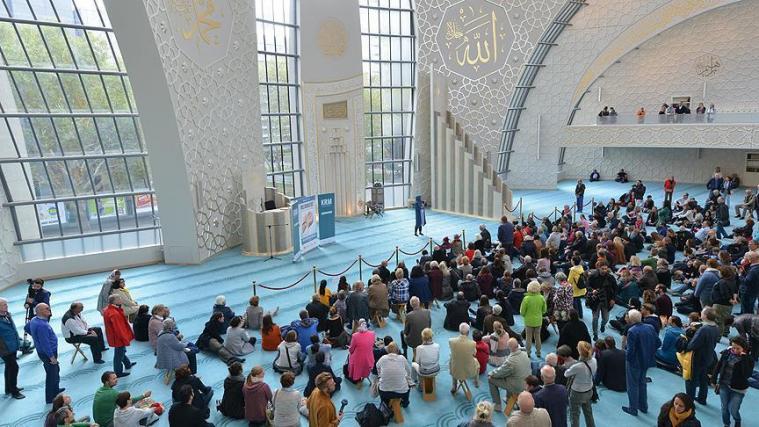 У щорічний День відкритих мечетей тисячі відвідувачів прибули 900 мечетей по всій Німеччині
