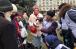 ©️ ИКЦ Харькова/Фейсбук: Под девизом «Мухаммад — милость для миров» волонтеры ИКЦ Харькова кормят людей в районе Южного железнодорожного вокзала.
