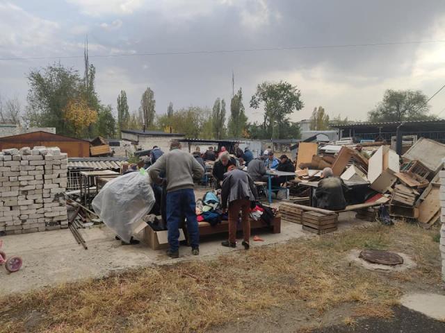Імами-капелани УВКМУ роздають зібраний небайдужими одяг потребуючим Сєвєродонецька