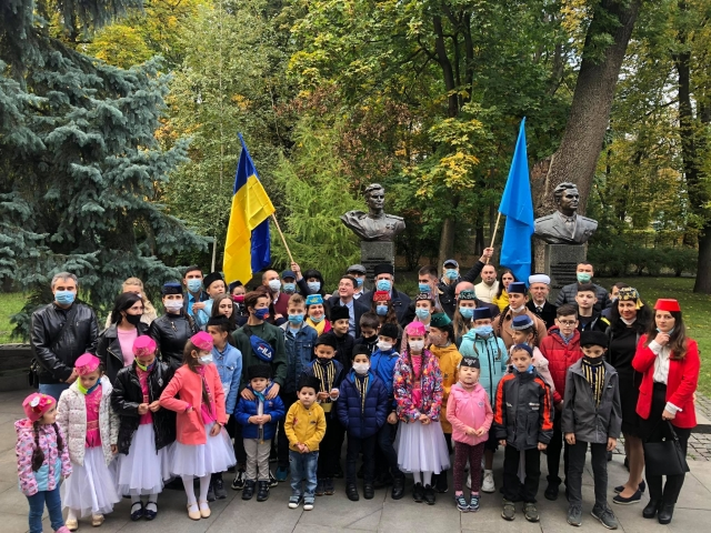 ©️Рефат Чубаров/фейсбук: Колективне фото з дітьми після церемонії покладання квітів до пам'ятника Амет-Ханові Султану, 25 жовтня 2020 року, м. Київ