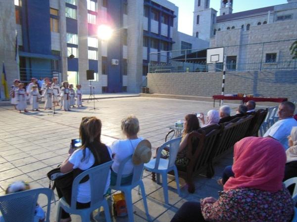 Під час концерту були виконані українські народні пісні та танці