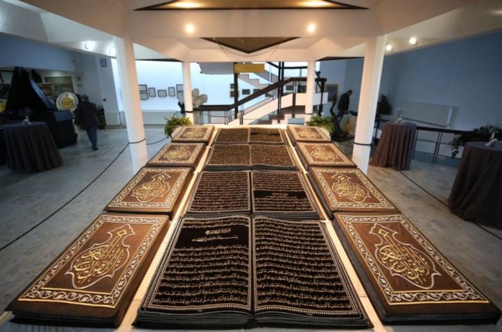 «Чтобы как можно больше людей увидели Коран», — беженец из Алеппо вышил на бархате полный текст Корана