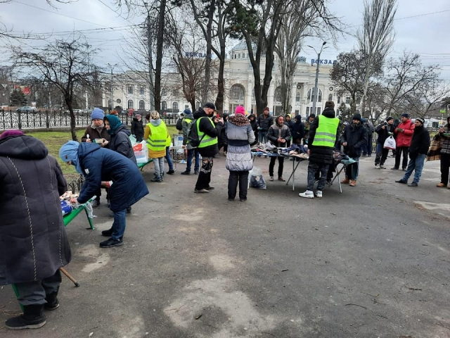 ©️ Женский отдел ИКЦ «Аль-Масар»: мусульмане-волонтеры ИКЦ «Аль-Масар», организация «Импульс» регулярно оказывают помощь бездомным и крайне нуждающимся Одессы