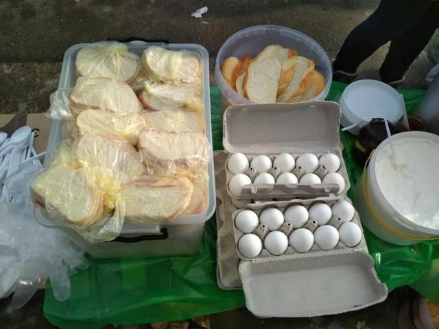 Щосуботи мусульманки годують бездомних гарячими обідами