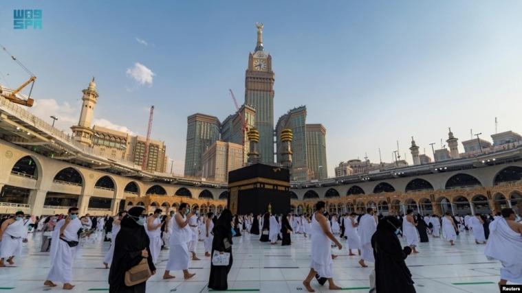 Хадж разрешили только 60 тысячам паломников, хотя тысячи саудовских туристов путешествуют по миру и возвращаются на родину без препятствий