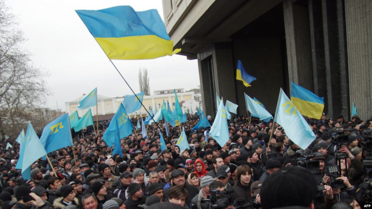 ©️AFP/Радіо Свобода: Мітинг на підтримку територіальної цілісності України, скликаний Меджлісом кримськотатарського народу. Сімферополь, 26 лютого 2014 року