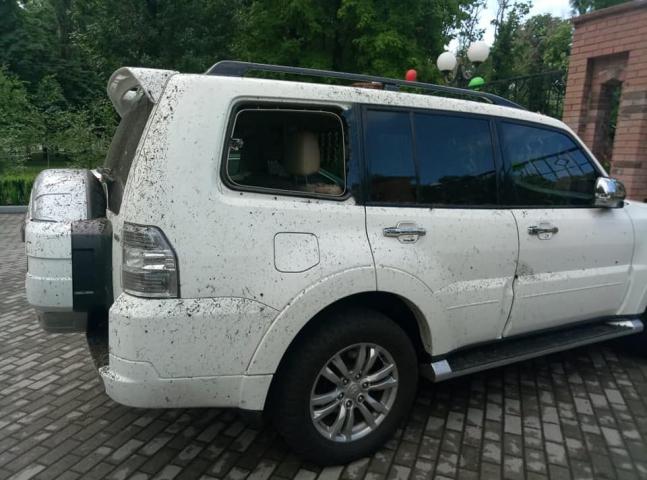 Фото автівки в якомусь бруді й без одного скла