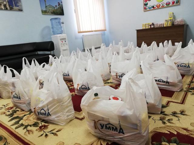 © ️ جمعية الصداقة - اوكرانيا / фейсбук: 03.05.20. Мусульмане м. Сумы во время очередной акции в рамках кампании «Единое тело» раздали 100 продуктовых наборов нуждающимся единоверцам