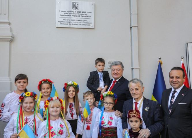 ©️сайт Президента України: У Стамбулі 3.11.2018 р. Петро Порошенко відкрив меморіальну дошку на будівлі колишньої дипломатичної місії УНР в 1919–1922 роках