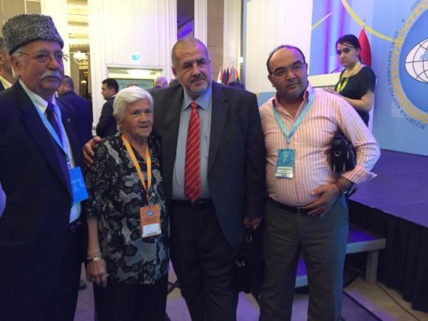 Всі бажають сфотографуватися з новим старим президентом Всесвітнього конгресу кримських татар
