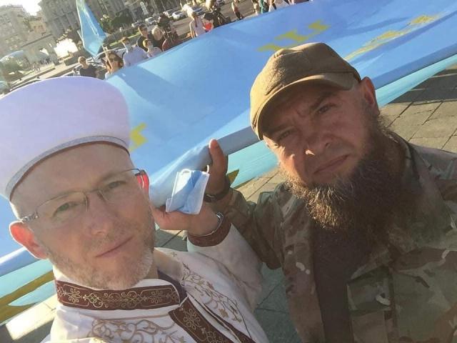 «Два флага — одна страна!» — в Украине почтили национальный флаг крымских татар