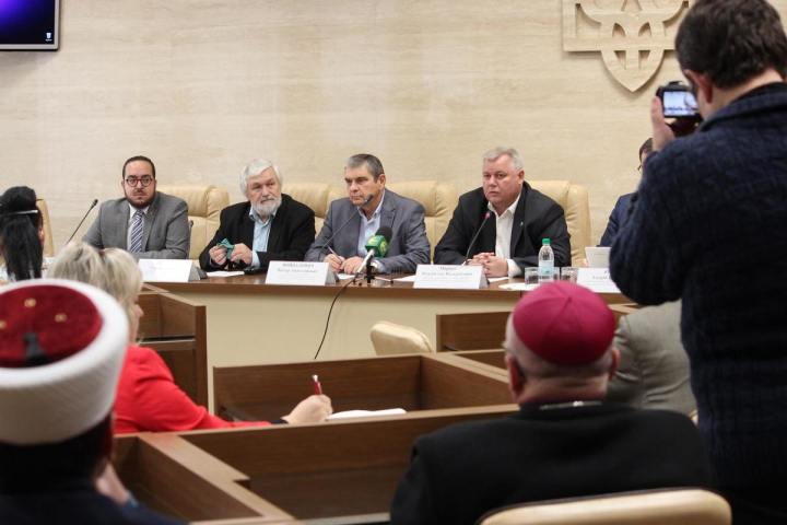 На засіданні Експертної ради з питань свободи совісті імам Запорізької мечеті говорив про право мусульманок на фото в хіджабах для документів