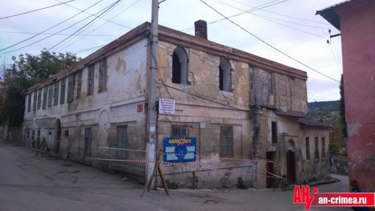 Новые власти Бахчисарая уничтожают и уродуют исторические здания