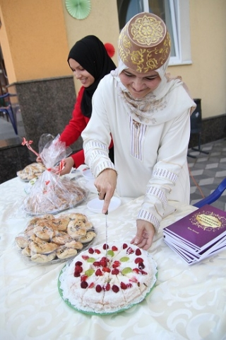 The guests eagerly tasted traditional dishes of different Muslim countries and ethnicities
