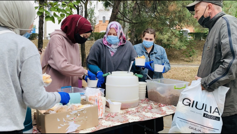 THE LOWER THE TEMPERATURE, THE MORE PEOPLE COME: ZAPORIZHZHIA MUSLIMAHS KEEP FEEDING HOT MEALS TO NEEDY PEOPLE