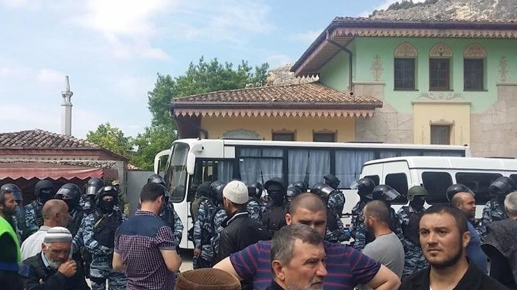 Мечети оскверняют, рвут Кораны, арестовывают крымских татар, — Заир Смедляев