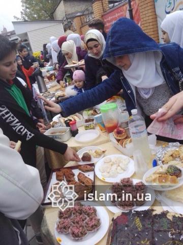 Юні мусульмани раді можливості допомогти нужденним