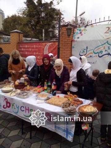 Юные мусульмане рады возможности помочь нуждающимсяЮні мусульмани раді можливості допомогти нужденним