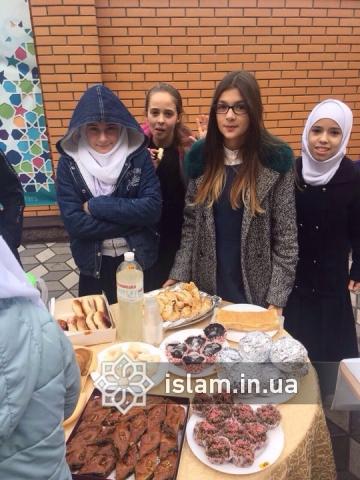 Юные мусульмане рады возможности помочь нуждающимся
