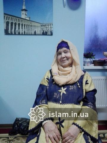 Багато українських національних костюмів відповідають визначенню хіджабу