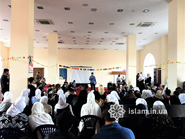 Учні мусульманської гімназії привітали вчителів з Днем працівника освіти