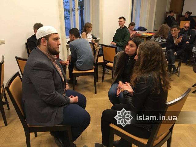 У «живій бібліотеці» львів'яни «читали» живого імама
