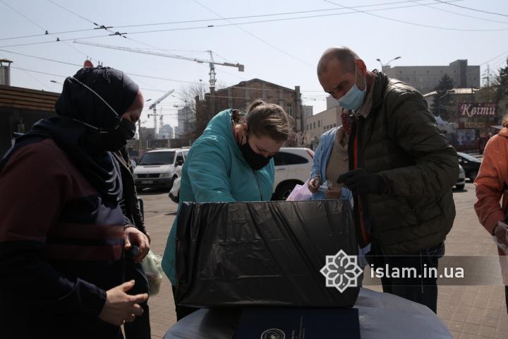 Мусульмане бесплатно  раздавали киевлянам изготовленные сестрами защитные маски