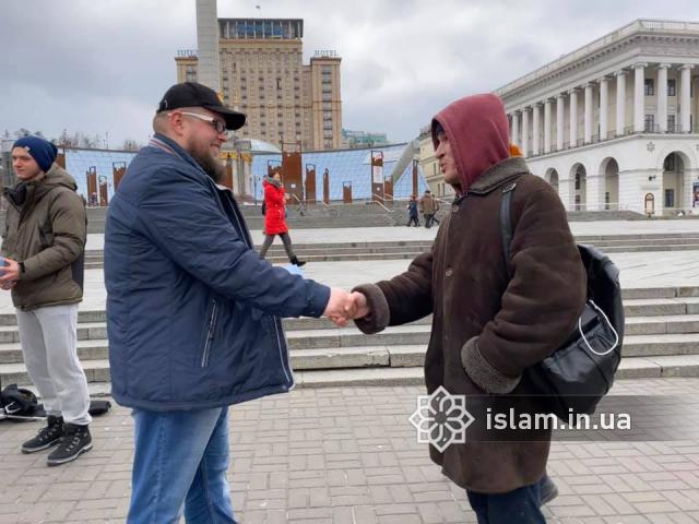 фейсбук: 16.02.20., Київ, Майдан Незалежності. Акція «Запитай у мусульманина» в межах проєкту «Mercy for Mankind»
