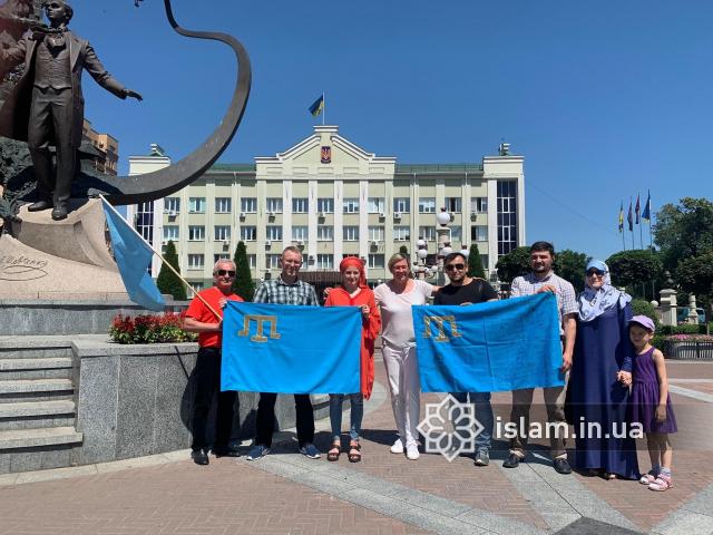 фейсбук: 26.06.2020, Ірпінь. Представники ДУМУ «Умма» та Ліги мусульманок України вшановують кримськотатарський прапор