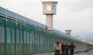 ©️Sky News: Огорожа по периметру місця, офіційно названого «центром освіти з професійних навичок у Сіньцзяні», у якому утримують уйгурських мусульман