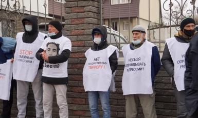фейсбук: У здания Южного окружного военного суда в Ростове-на-Дону 12.01.2021 года крымские татары проводят акцию протеста против обвинительных приговоров мусульманам