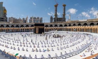 © ️Саудовское пресс-агентство / Reuters: Молящиеся, соблюдающие социальную дистанцию в Великой мечети в Мекке.