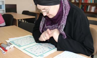 74-річна українська мусульманка успішно вивчає мову Корану