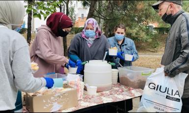 Годувати нужденних і вітати салямом усіх: мусульмани Запоріжжя щосуботи годують безхатьків гарячими обідами
