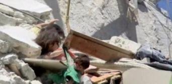 Башар аль-Шейх: 5-летняя Рихам удерживает от падения из обломков дома свою 7-месячную сестру Туку