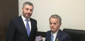 Мустафа Джемілєв нагороджений нагрудним знаком «За заслуги перед кримськотатарським народом»