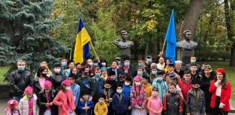 ©Рефат Чубаров/фейсбук: Коллективное фото с детьми после церемонии возложения цветов к памятнику Амет-Хану Султану, 25 октября 2020 года, Киев