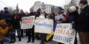 Фотографии последствий бомбардировок сирийских городов под Посольством РФ в Киеве