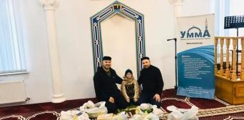Хамза Іса, Темур Берідзе і юний мусульманин Саїд формують продуктові набори для малозабезпечених в мечеті Сєвєродонецька