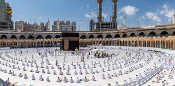 ©️ Саудівське прес-агентство / Reuters: Богомольці, що підтримують соціальну дистанцію у Великій мечеті в Мецці.