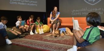 В школах Дубая навыками чтения помогают овладевать… собаки