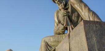 Пам'ятник Аль-Хорезмі в Узбекистані