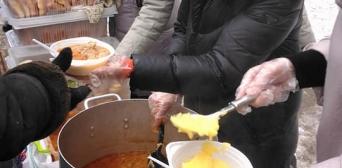 Мусульманки знову допомогли нагодувати бездомних гарячим обідом