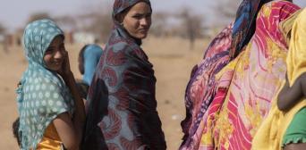 ©UNHCR/Sylvain Cherkaoui: Малійські біженці збираються в пункті роздачі допомоги в таборі Гудубо, Буркіна-Фасо, 3 лютого 2020 року