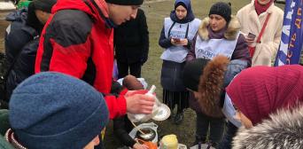 © ️ ІКЦ Харкова / Фейсбук: Під девізом «Мухаммад - милість для світів» волонтери ІКЦ Харкова годують людей в районі Південного залізничного вокзалу.