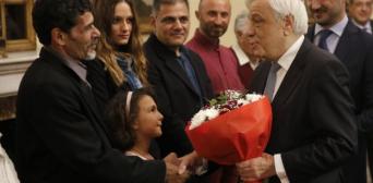 ©️ BBC: Президент Греції каже трьом мігрантам: «Ви — символ гуманізму для Європи»