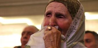 Активістка кримськотатарського руху Веджіє Кашка плаче під час виконання гімну