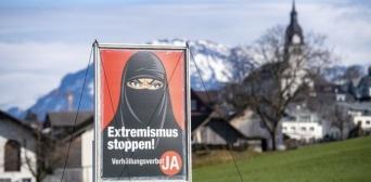 ©️ BBC: Швейцарська народна партія поширила білборди, де зображено  жінку в чорному нікабі та розміщено написи на кшталт «Зупиніть екстремізм!» і «Зупиніть радикальний Іслам!»