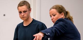 ©️NRK/CORNELIUS POPPE: Архів. 12 серпня 2019 року, через два дні після теракту, Філіп Мансгаус в окружному суді Осло